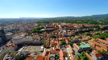z lotu ptaka : Aerial view of central Zagreb, with mount Medvednica in background.