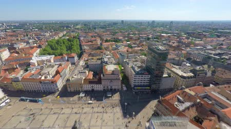 europeu : Aerial view of central Zagreb with Ban Jelais square.