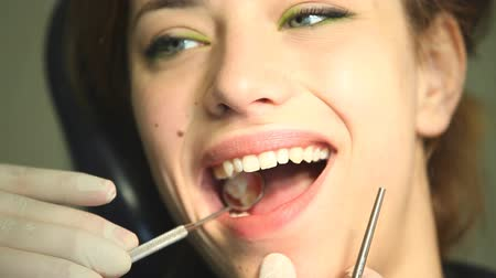 dentysta : Woman having a check up at dentists surgery Wideo