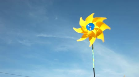 efektywność : Yellow windmill spinning in wind on blue sky