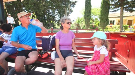 grand parent : Grands-parents sur le bateau touristique sur le Canal du Midi en France