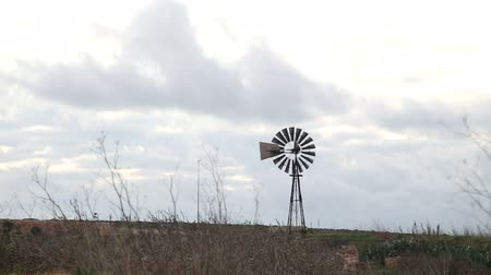 moinho de vento : Old iron windpump windmill spinning in nature