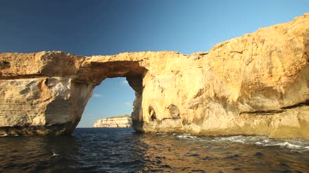 maltština : Pan shot view of Azure Window, known as Tieqa erqa, a natural rock formation on the coast of Gozo island, Malta