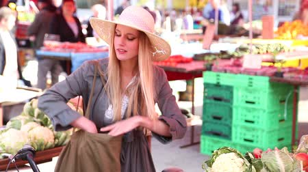 cüzdan : Blonde girl is putting away her money at the market