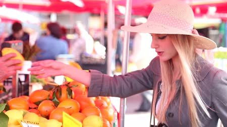 рынок : Blonde girl at the market picking lemons