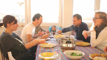 ebéd : Group of friends eating lunch at home