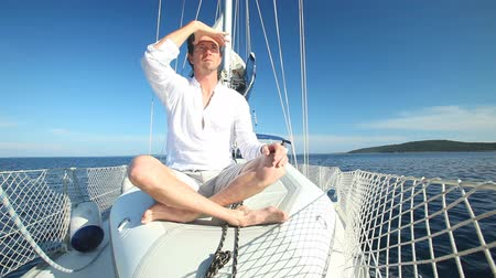 zengin : Man enjoying sailing trip on boat Stok Video