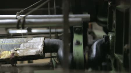 maquinaria : Part of weaving machine moving fast during work. Vídeos