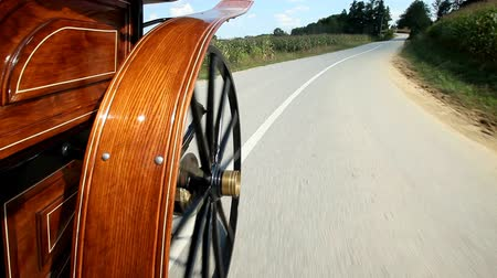 sáně : Horse drawn carriage wheel spinning on road