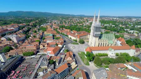 europeu : Aerial view of central Zagreb with Zagrebs cathedral and Ban Jelais square.