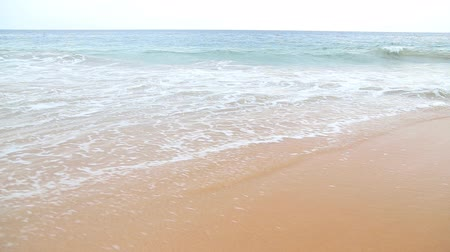 mosás : Waves washing over white sand in the tropics