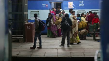 упакованный : AMRITSAR, INDIA - 2 MARCH 2015: View at people on train station while departure.