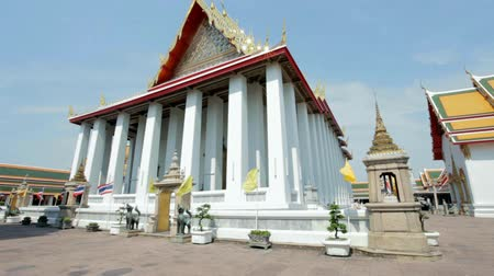 wat pho : BANGKOK - MARCH 16. Meditation hall in Wat Pho temple on March 16, 2012 in Bangkok, Thailand. Wat Pho is named after a monastery in India where Buddha is believed to have lived. Stock Footage