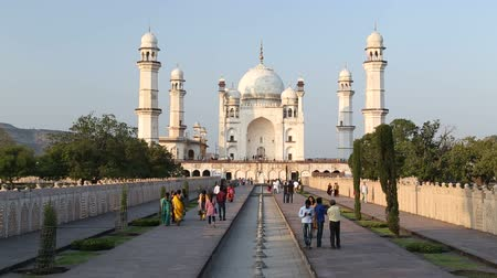 homlokzatok : View on the fronts of Taj Mahal, with tourists walking in front. Stock mozgókép