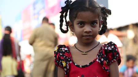 hint : Portrait of a beautiful Indian girl at the street in Goa. Stok Video