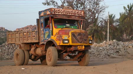 hint : HAMPI, INDIA - 28 JANUARY 2015: Truck slowly moving backwards in indian village Hampi. Stok Video