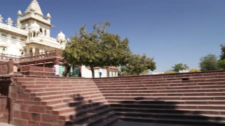 homlokzatok : Panoramic view of staircase and fronts of Jaswant Thada temple.