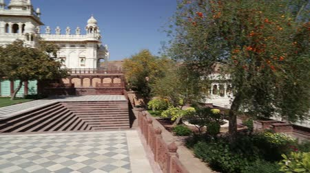 comemoração : Panoramic view of Jaswant Thada temple and its garden from the patio.