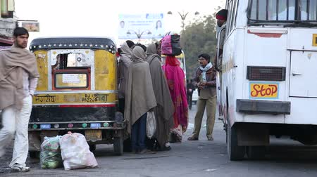 transportar : JODHPUR, INDIA - 12 FEBRUARY 2015: Local people having a discussion by vehicles standing at street in Jodhpur.
