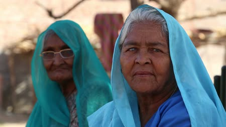 бедный : JODHPUR, INDIA - 14 FEBRUARY 2015: Portrait of two old Indian women in traditional colorful clothing.