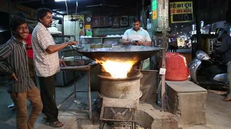 comerciante : JODHPUR, INDIA - 17 FEBRUARY 2015: Indian men by large kettle in chai street shop in Jodhpur.