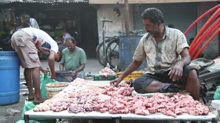 comerciante : MUMBAI, INDIA - 8 JANUARY 2015: Muslim man selling meat at the street market in Mumbai.