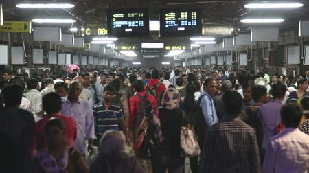 упакованный : MUMBAI, INDIA - 8 JANUARY 2015: Crowd passing through the train station of Mumbai.