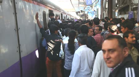 упакованный : MUMBAI, INDIA - 9 JANUARY 2015: People walking out of a train at a crowded train station in Mumbai. Стоковые видеозаписи