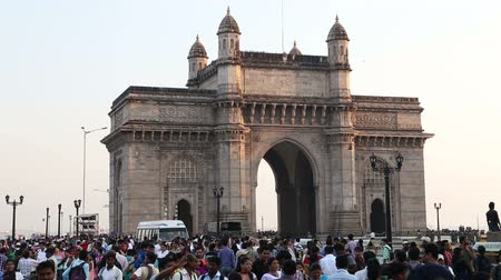porta de entrada : MUMBAI, INDIA - 10 JANUARY 2015: Indian citizens and tourists in front of Gateway to India in Mumbai.