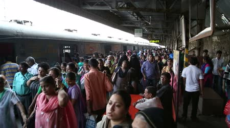 trilho : MUMBAI, INDIA - 16 JANUARY 2015: Crowd at a busy train station in Mumbai.