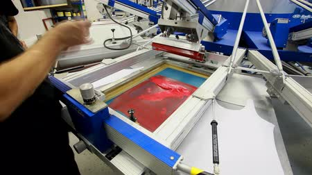 ipek : Screen printing manufacturing on t-shirts Stok Video