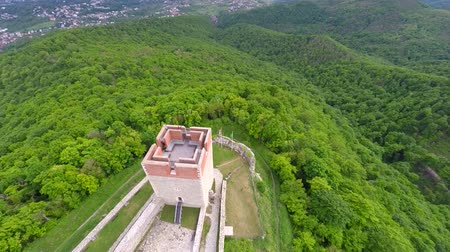 europeu : Aerial view of Medvedgrad tower with forest around it and cityscape in distance. Vídeos