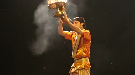 rahip : VARANASI, INDIA - 20 FEBRUARY 2015: Hindu priest performing with fire at Ganga Aarti ritual in Varanasi.