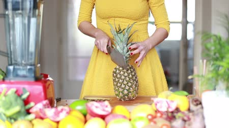 bıçak : Close-up of woman hands cutting pineapple