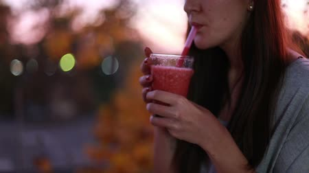 eiwit : Close-up van jonge brunette vrouw drinken fruit smoothie Stockvideo