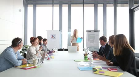 sala de reuniões : Beautiful young businesswoman discussing on a meeting with colleagues in conference room