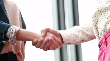 рукопожатие : Close up of male and female colleague shaking hands in office Стоковые видеозаписи