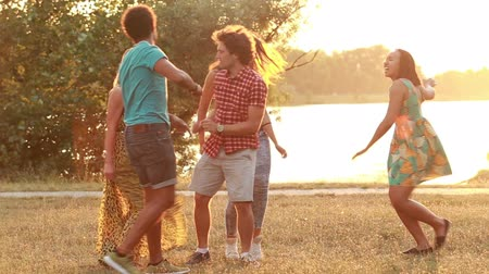 dans : Group of five happy friends having fun dancing at sunset in summer Stok Video