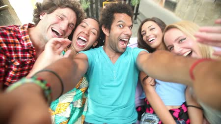 веселье : A close up of a group of five friends having fun taking a group selfie. Стоковые видеозаписи