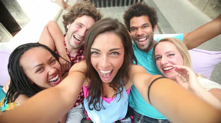 друзья : A close up of a group of five friends having fun taking a group selfie. Стоковые видеозаписи