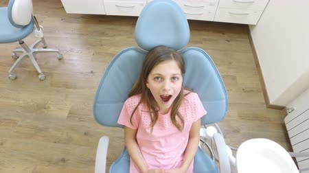 boca : Close up of beautiful little girl sitting in the dental chair with open mouth