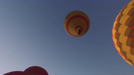 воздух : LUXOR, EGYPT - FEBRUARY 11, 2016: Hot air balloon flying in the sky over Luxor