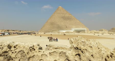 piramit : CAIRO, EGYPT - FEBRUARY 04, 2016: View of Great pyramid of Giza, also known as Pyramid of Khufu or the Pyramid of Cheops Stok Video