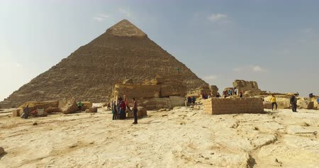 kahire : CAIRO, EGYPT - FEBRUARY 04, 2016: Tourists visiting Giza pyramids complex Stok Video