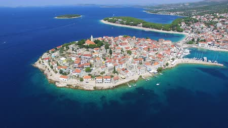 hırvatistan : Aerial view of Primosten peninsula with dalmatian islands in the background, Croatia Stok Video