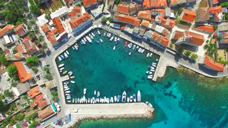adriyatik : Aerial view of small harbour with moored boats in the Adriatic Stok Video
