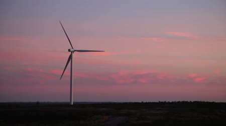 moinho de vento : one windmill at pink sunset