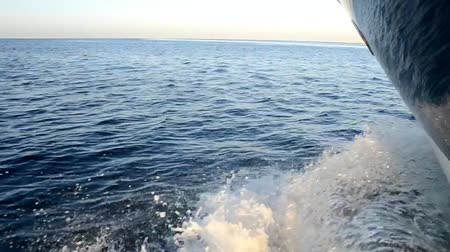 żaglówka : View of ocean from motor yacht sailing with wake wave