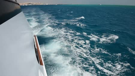 парусный спорт : View from side of a large luxury motor boat while sailing across tropical ocean landscape