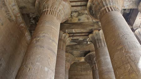hieroglifa : Hieroglypic carvings and columns at the ancient egyptian temple of Horus in Edfu